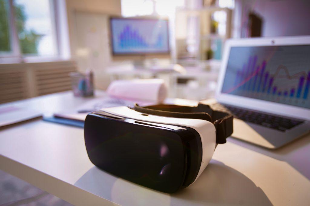 VR-Brille neben Laptop auf Tisch